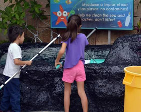 Children looking fishbow | Scholar Visits | Aquarium Cancún